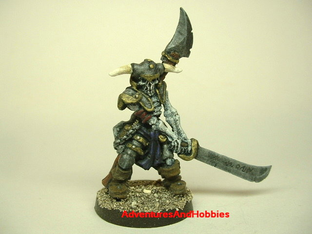 Evil undead knight with two-handed sword painted fantasy miniature figure 25 - 28 mm scale front view